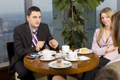 Gruppe Geschäftsleute am Tisch Stockbild