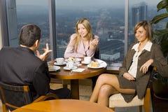 Gruppe Geschäftsleute am Tisch Stockfoto