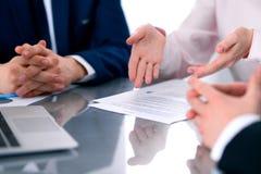 Gruppe Geschäftsleute und Rechtsanwälte, die Vertragspapiere besprechen stockbilder