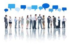 Gruppe Geschäftsleute und Sprache-Blasen Lizenzfreie Stockbilder