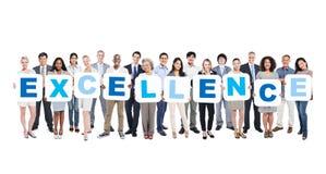 Gruppe Geschäftsleute, welche die Wort-hervorragende Leistung halten stockfotos