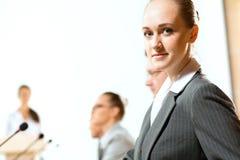 Gruppe Geschäftsmänner an der Darstellung Lizenzfreie Stockfotos
