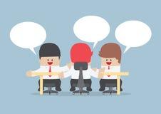 Gruppe Geschäftsmänner, die zusammen am Konferenztische gedanklich lösen Lizenzfreies Stockfoto