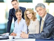 Gruppe Geschäftsmänner, welche die Ergebnisse die Arbeit besprechen Stockfotos