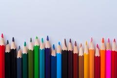 Gruppe geschärfte Bleistifte auf weißem Hintergrund Stockbild