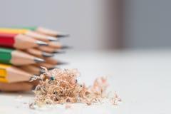Gruppe geschärfte Bleistifte mit Bleistiftrasuren Lizenzfreie Stockfotos