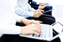 Gruppe Gesch?ftsleute, die in B?rowarteVorstellungsgespr?ch, Nahaufnahme sitzen H?nde der Frau arbeitend an Laptop stockbilder