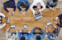 Gruppe Geschäftsleute, die Digital-Geräte verwenden Stockfotos