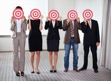 Gruppe Geschäftsleute, die ein Ziel anhalten Stockfoto