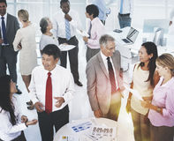 Gruppe Geschäftsleute, die im Büro-Konzept sich treffen Lizenzfreie Stockfotos