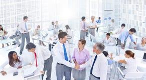 Gruppe Geschäftsleute, die im Büro sich treffen Lizenzfreie Stockfotos