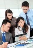 Gruppe Geschäftsleute, die Laptop treffen Stockbilder