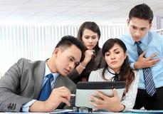 Gruppe Geschäftsleute, die Laptop treffen Lizenzfreies Stockfoto