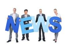 Gruppe Geschäftsleute, die Nachrichten halten Stockfoto