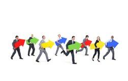 Gruppe Geschäftsleute, die Pfeil-Zeichen halten Stockbild
