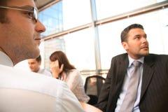 Gruppe Geschäftsleute, die an Projekt arbeiten Lizenzfreies Stockfoto