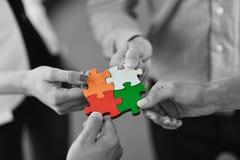 Gruppe Geschäftsleute, die Puzzlen zusammenbauen Lizenzfreie Stockbilder