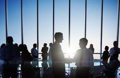 Gruppe Geschäftsleute, die Vertrag schließen Stockbild