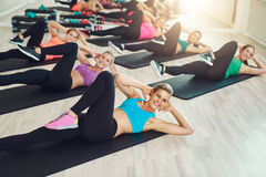 Gruppe gesunde junge Frauen des Sitzes in einer Turnhalle Stockfotografie