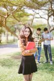 Gruppe glückliche asiatische Jugendstudenten mit Schulordnern lizenzfreie stockfotos