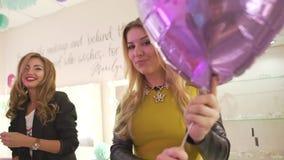 Gruppe glückliche aufgeregte junge attraktive Freundinnen, die Spaßtanzen Geburtstagsfeier am Schönheitssalon feiernd haben stock video footage