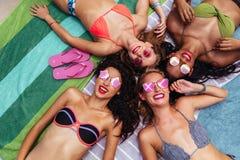 Gruppe glückliche Frauen, die heraus am Poolside hängen stockbilder