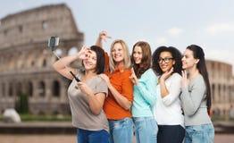 Gruppe glückliche Frauen, die selfie über Kolosseum nehmen Stockfotos