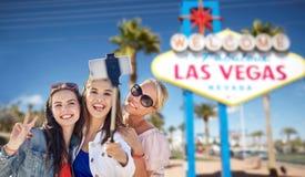 Gruppe glückliche Frauen oder Freunde in Las Vegas lizenzfreie stockfotografie