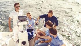 Gruppe glückliche Freunde, die eine Partei auf einer Yacht haben und ch trinken Stockbild