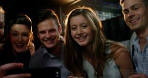 Gruppe glückliche Freunde, die Handy betrachten stock video