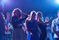 Gruppe glückliche Freunde, die in Nachtclub tanzen Stockbild