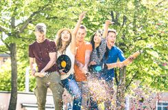 Gruppe glückliche Freunde, die Zujubeln des Spaßes das im Freien mit Konfettis haben lizenzfreies stockbild