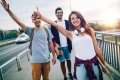 Gruppe glückliche Freunde hängen heraus zusammen lizenzfreie stockfotos