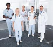 Gruppe glückliche gemischtrassige Doktoren Lizenzfreies Stockbild