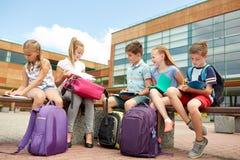 Gruppe glückliche Grundschüler draußen lizenzfreie stockbilder