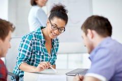 Gruppe glückliche hohe Schüler mit Arbeitsbuch lizenzfreie stockbilder