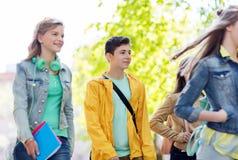 Gruppe glückliche Jugendstudenten, die draußen gehen stockfotos