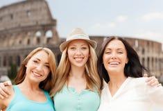 Gruppe glückliche junge Frauen über Kolosseum Stockfoto