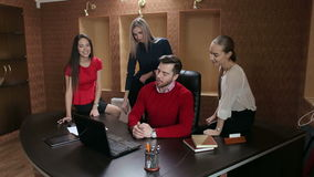 Gruppe glückliche junge Geschäftsleute in einer Sitzung im Büro stock footage