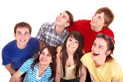 Gruppe glückliche junge Leute, die oben schauen. Lizenzfreies Stockbild