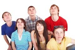 Gruppe glückliche junge Leute, die oben schauen. Stockfoto
