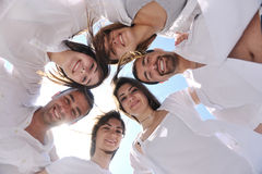 Gruppe glückliche junge Leute im Kreis am Strand Lizenzfreie Stockfotografie