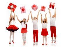 Gruppe glückliche Kinder in anziehendem Geschenk des Weihnachtshutes lizenzfreie stockfotos