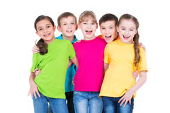 Gruppe glückliche Kinder in den bunten T-Shirts Lizenzfreie Stockfotos