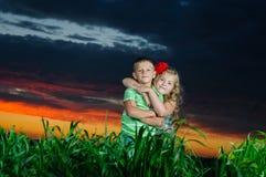 Gruppe glückliche Kinder, die auf Wiese spielen lizenzfreie stockbilder