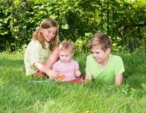 Gruppe glückliche Kinder draußen Zwei Kinder und ein Baby playi Stockfotos