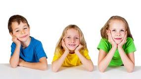 Gruppe glückliche Kinder am Tisch lizenzfreie stockfotos