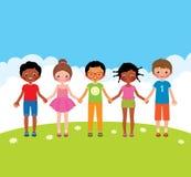 Gruppe glückliche Kinderjungen und Mädchenhändchenhalten Stockfoto
