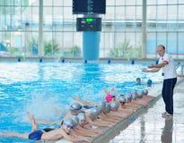 Gruppe glückliche Kinderkinder am Swimmingpool Lizenzfreies Stockbild