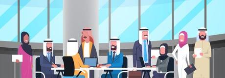 Gruppe glückliche lächelnde arabische Geschäftsleute, die im Büro Sit At Desk Muslim Workers Team Brainstorming zusammenarbeiten Stockfotos